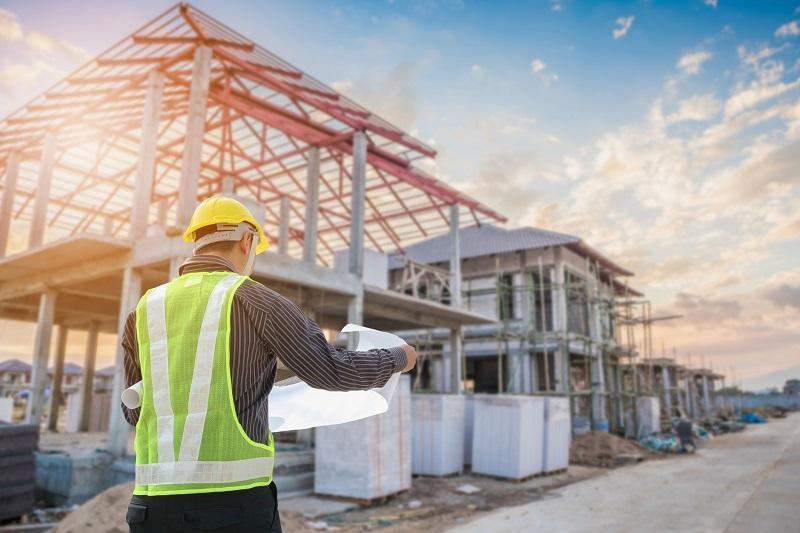 Inżynier czyta plany budowy