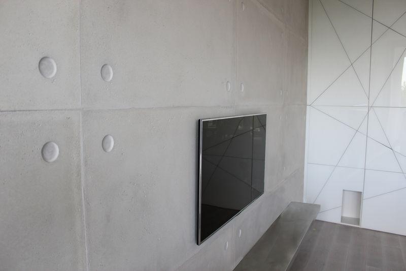 ściana z betonu z telewizorem