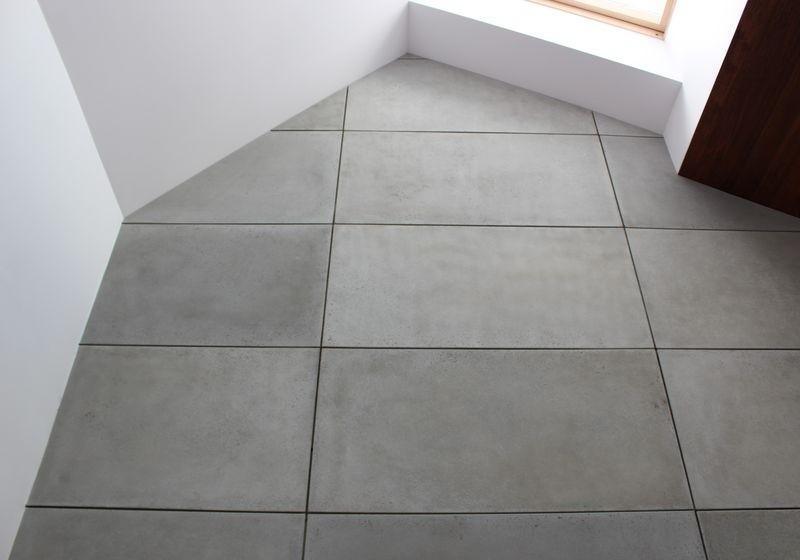 betonowe płytki na podłodze
