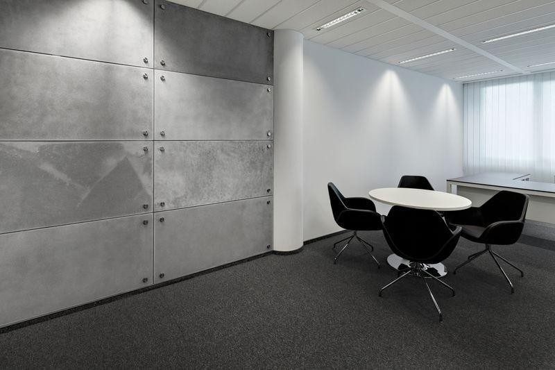 ściana wyłożona płytami z betonu