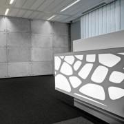 betonowe płyty na ścianie
