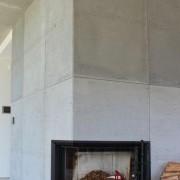 kominek w betonowej ścianie