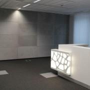 betonowe płyty w biurowcu