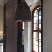 betonowa lampa przy oknie